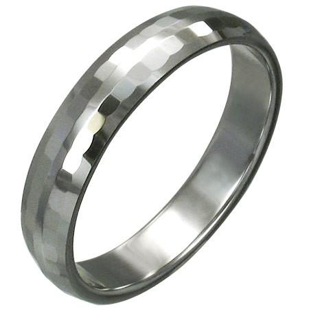 Volfrámový prsteň s jemnými brúsenými obdĺžnikmi
